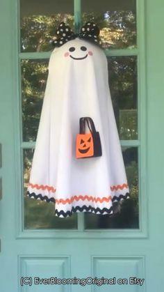The cutest fabric ghost door hanger ever for halloween! Halloween Fabric Crafts, Halloween Door Wreaths, Halloween Signs, Halloween Ghosts, Halloween Projects, Cute Halloween, Holidays Halloween, Halloween 2017, Halloween Ideas