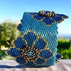 Bracelet anneau ketiko tissé,  asymétrique à grosses fleurs turquoises et dorées avec un coeur en strass  : Bracelet par ketiko