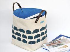 In diesem riesige Stoffkorb findet alles seine Platz: Zeitschriften, Bücher, Spielsachen, dein Handarbeitsprojekt oder deine Wäsche. Aufbewahrung mit Stil. Handbedrucktes Segeltuch mit blauem Baumwollstoff gefüttert. Einfach zu Transportieren mit Echtlederriemen.