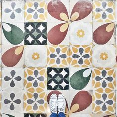 #fromwhereistand the weekend is in view! And that puts us in the mood for fun #tile #floors underfoot like this one shared by @simonescribes. / #tiletuesday #lookdown #instadecor #tiles #tiled #tiling #tilework #interior #interiors #interiordesign #tileaddiction #tilelove #interiordesigner #interiorinspiration #idcdesigners #ihavethisthingwithtiles #tilegeeks #ihavethisthingwithfloors #floors #flooring #carrelage #selfeet #pattern #instaarchitecture by tiletuesday