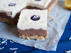 A simple, healthy recipe for a low-sugar refined sugar free raw vegan chocolate cheesecake slice - and it tastes delicious too. Raw Desserts, Raw Chocolate, Vanilla Essence, Chocolate Cheesecake, No Bake Treats, Low Sugar, Raw Vegan, Tray Bakes, Food Processor Recipes