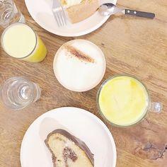 Guten Morgen mit einem leckeren #latergram von einem kleinen Frühstück im #aran mit @mein_buntes_leben in der letzten Woche. Kommt gut und warm durch den vorletzten Novembertag!    #goodmorning #coffeeisafeeling #breakfast #4morecake #coffeeisalwaysagoodidea #4morecoffee #landshut #frühstück #heisseorange #lieblingskuchen #marmorkuchen
