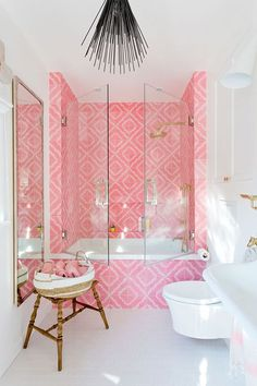 bonbon pink tub tiling with glas doors in white and bright small bathroom - wooden stool, matching accents Pink Tub, Bathroom Interior Design, Colorful Interior Design, Bathroom Inspiration, Bathroom Ideas, Bathroom Inspo, House Design, Home, Colorful Bathroom