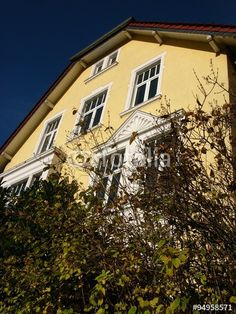 Sanierte Fassade eines Altbau in Ockergelb vor blauem Himmel in der Sudbrackstraße in Bielefeld