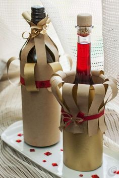 Details about Wine Bottle Apron Chef Set, Christmas Party Wine Decor, Wine Gift Giving Idea Wine Bottle Gift, Wine Bottle Crafts, Wine Gifts, Creative Gift Wrapping, Creative Gifts, Gift Wrapping Techniques, Wrapped Wine Bottles, Christmas Gift Wrapping, Paper Gifts