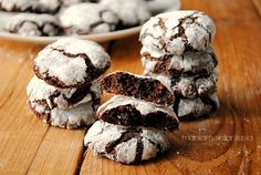 I ricciarelli al cioccolato.. croccantini fuori, morbidi dentro, cioccolatosissimi e profumano di mandorle! Invitate le vostre amiche per un caffè e enjoy!