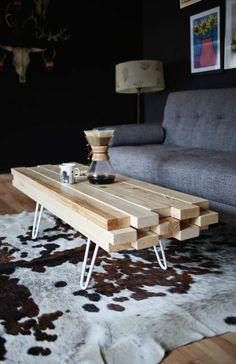 table basse design en bois clair et tapis en peau d'animal