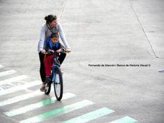 Madre e hijo en bicicleta. / Mother and son cycling.