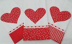 Kit com 3 panos de prato com barrado de tecido estampado coordenado vermelho, decorado com passa-fitas, fita de cetim e aplique de coração.    Sacaria 100% algodão de ótima qualidade e absorção  Medida 41 x 66 cm
