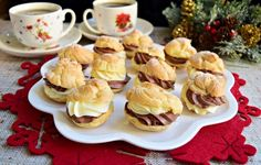 Mini choux a la creme Mini Cupcakes, Creme, French Toast, Muffin, Food And Drink, Breakfast, Desserts, Creamed Cabbage, Bakken