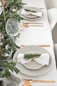 Scandinavian christmas decorations - how to create a modern christmas tablescape – Scandinavian christmas decorations Christmas Dining Table, Christmas Table Settings, Christmas Tablescapes, Holiday Tables, Hygge Christmas, Noel Christmas, Purple Christmas, Christmas Wallpaper, Homemade Christmas