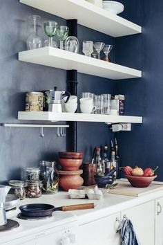 Astiat ja ruuanlaitossa käytettävät välineet saavat olla näkyvissä avohyllyllä.