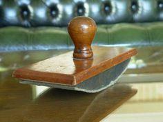 TAMPON BUVARD EN BOIS -  Ancien tampon buvard à bascule, en bois vernis. La poignée dévissable permet de remplacer le buvard. - Poids 250 g. - Hauteur : 8 cm - Dimensions de la semelle : 18 x 8 cm