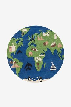 Res jorden runt med denna matta som inspirerar och uppmuntrar till lek. Den här mattan är GRS-certifierad och består av återvunna PET-flaskor. Certifieringen innebär att produkten är ansvarsfullt producerad genom hela leverantörskedjan - från råmaterial till slutlig produkt. Vi på Jotex älskar när gamla resurser får ett nytt liv istället för att förbruka nya. Om en matta kan vara en del av att förbättra vår miljö, så är det en matta du hittar på Jotex.  Material: 100% PET .   Storlek: ø 140…