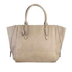 Luxusní kabelka Eve od francouzské módní značky Sisley. Nádherná velká kabelka má na přední straně decentní přívěsek a na spodní části prošité symboly značky. Tašku lze nosit jak v ruce, tak přes...