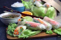 Cómo hacer rollitos vietnamitas con papel de arroz vegetales. Receta de rollitos vietnamitas rellenos de verduras con salsa oriental para mojarlos.