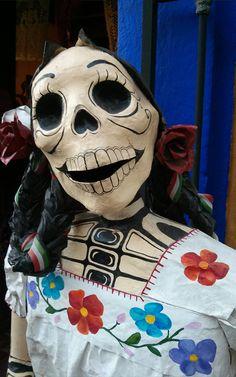 La Catrina es una de las protagonistas de la cultural mexicana y del Día de Muertos. Más sobre esta festividad en www.espressofiorentino.com #catrina #mexico #mexican #skull #calavera #folclore #flowers #muertos #dead Day Of The Dead Mask, Halloween Haunted Houses, Skeletons, Paper Mache, Halloween Decorations, Folk Art, Diy, Holidays, Dolls
