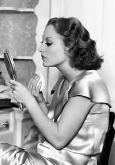 Joan Crawford powdering her face, 1931