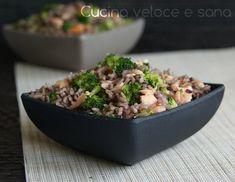 Riso ai broccoli e salmone, una piatto semplice e veloce, perfetto per quando si vuole restare leggeri mangiando comunque qualcosa di saporito.