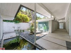 Killer mid-mod in Studio City, link goes to a photo gallery showing this spectacular home and yard