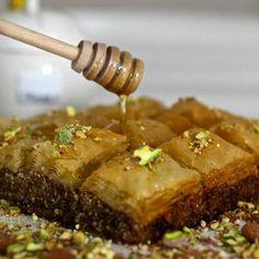 Le baklava est une pâtisserie à base de feuilles filo fourrées de fruits secs, arrosée d'un sirop sucré parfumé à l'eau de rose ou de fleur d'oranger