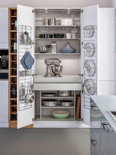 If you don't have much kitchenware to put in your kitchen closet, you can recreate this organized and spacious closet arrangement.