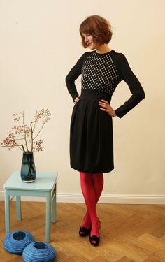 Feminines, elegantes Kleid aus schwarzem  Viskosejersey mit einem schilffarben getupftem Vorder- und Rückteil. Das geschwungene Bündchen betont die...
