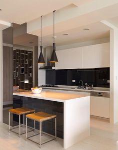 cuisine avec bar en résine blanche, tabourets bois et métal et suspensions noires