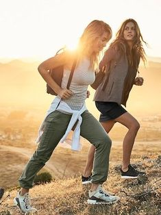 hiking outfit like the casual pants hiking gear list, hiking shoes, hiking accessories Cute Hiking Outfit, Trekking Outfit, Summer Hiking Outfit, Summer Outfits, Camping Outfits For Women Summer, Outfit Winter, Mountain Hiking Outfit, Hiking Boots Outfit, Fresh Outfits