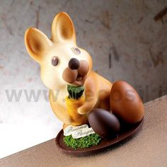Il coniglietto Toby con gli ovetti ai suoi piedi è un bellissimo sostituto alle classiche uova di Pasqua. Lo stampo è acquistabile online su www.decosil.it #pasqua #cioccolato #animali #chocolate #animals #molds #easter