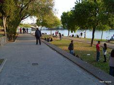 Youth enjoying a sunny October Sunday - Jovenes disfrutando de un domingo soleado de Octubre