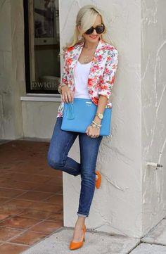 Zapatos de color y blazer con print