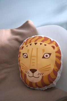 coussin-lion de la boutique enroutefelicie sur Etsy