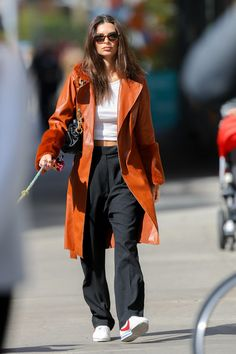 Celebrity Style Casual, Celebrity Outfits, Celebrity Look, Casual Outfits, Cute Outfits, Fashion Outfits, Emily Ratajkowski Outfits, Emily Ratajkowski Street Style, Emily Ratajkowski Tshirt