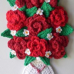 Crochet vase with Roses wall hanging . My own design, by Jerre Lollman @ Afshan Shahid