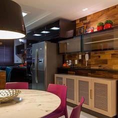 SnapWidget | Cozinhas decoradas com pontos de cor - veja modelos modernos e dicas em DecorSalteado (link na bio) Projeto: Juliana Pippi @julianapippi
