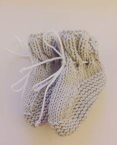 Babysokjes breien met 2 breinaalden en 2 steken Knitting Needles, Baby Knitting, Brei Baby, Knitted Bunnies, Knit Baby Booties, Learn How To Knit, Baby Warmer, Twinkle Twinkle Little Star, Trends