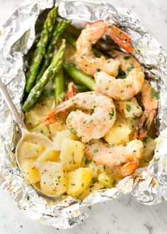 Creamy Garlic Prawns / Shrimp and Cheesy Potatoes Foil Packet Creamy Garlic Shrimp, Cheesy Potatoes and asparagus – serious contender for the BEST foil packet recipe ever! Grilling Recipes, Seafood Recipes, Cooking Recipes, Healthy Recipes, Skillet Recipes, Pizza Recipes, Seafood Bbq, Grilling Ideas, Grilled Seafood