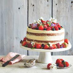 """Bygg på höjden i sommar! Imponera med en lyxig """"layer cake"""" som varvas med vit chokladpannacotta, flädermarinerade jordgubbar och citronkräm."""