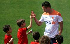 Toca aqui: Van Persie repete com gandulinhas o gesto da comemoração do primeiro gol (Foto: Reuters)