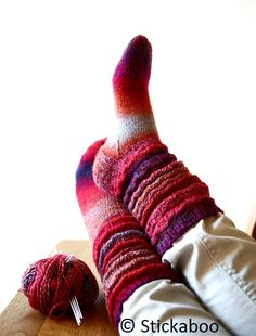 Dragspelssocka. Gratis mönster på svenska. Otroligt lätt och rolig att sticka! /Eva Mittens Pattern, Knit Mittens, Knitting Socks, Knitting Needles, Sock Monkey Pattern, Textiles, Wool Socks, Yarn Needle, Diy Clothes