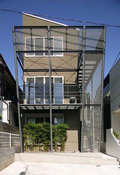 世田谷区上馬の間口の狭い敷地に建てた狭小住宅のデザイン住宅の作品事例です。グレーチングのバルコニーと無垢床と珪藻土の自然素材が特徴的です。 Box Houses, House Front, Facade, Multi Story Building, Windows, Architecture, Live, Fence, Detail