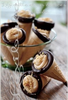Quel Bonheur que de mordre dans un petit cornet rempli d'amour hihi! Oui oui, cette petite douceur est parfaite pour se sucrer le bec... Individual Desserts, Canadian Food, Chocolate, Blueberry, Biscuits, Caramel, Deserts, Dessert Recipes, Food And Drink