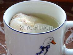 Вареная курица в чашке с бульоном