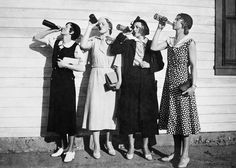 Prohibition: flappers drink bootleg alcohol, 1925 my kind of women.find me a flapper dress I'm going in! Beer Photos, Old Photos, Beer Pictures, Large Photos, Christian Dior Couture, Bizarre Mode, Roaring Twenties, The Twenties, Idda Van Munster