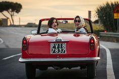 """""""Die Überglücklichen"""" bringt zwei bezwingend starke Frauen auf die Leinwand, verkörpert von Valeria Bruni Tedeschi und Micaela Ramazzotti, die uns mit ihrer Wucht und Zerbrechlichkeit viel Kraft geben. Der Film ist ein gewitztes Zeitbild italienischer Gegenwart und das Portrait einer furiosen Frauenfreundschaft, die uns vor dem Irrsinn rettet. / Die Überglücklichen, Foto: Neu Visionen Filmverleih"""