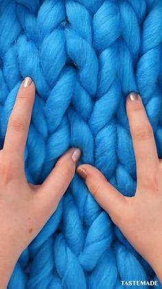 Diy Crafts For Girls, Diy Crafts To Do, Diy Crafts Hacks, Diy Arts And Crafts, Hand Knit Blanket, Chunky Blanket, Chunky Yarn, Knitted Blankets, Finger Knitting