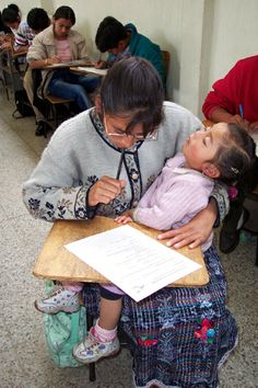 Madres luchadoras, hijas con opotunidades. Mother And Child, Children, Daughters, Mothers, Woman, Mother Son, Young Children, Boys, Mother And Baby
