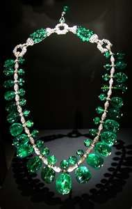 Diamond necklace displays The Indian Emerald Necklace made with 24 Columbian gems. Jewels are set in platinum complimented with of diamonds. Created in by Cartier. Emerald Necklace, Emerald Jewelry, Emerald Rings, Cartier Necklace, Ruby Rings, Emerald Diamond, Gemstone Jewelry, Royal Jewels, Diamonds