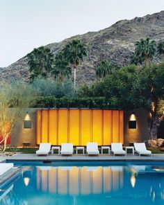Synonymous with sleek, modern houses built in the and recreate a Palm Springs aesthetic with striking visual cues: Think signature lighting, pops of colour and pool lounge chairs. Modern Exterior, Exterior Design, Palm Springs Mid Century Modern, Pool Lounge Chairs, Moderne Pools, Desert Design, Palm Springs California, Modern Landscaping, Pool Landscaping